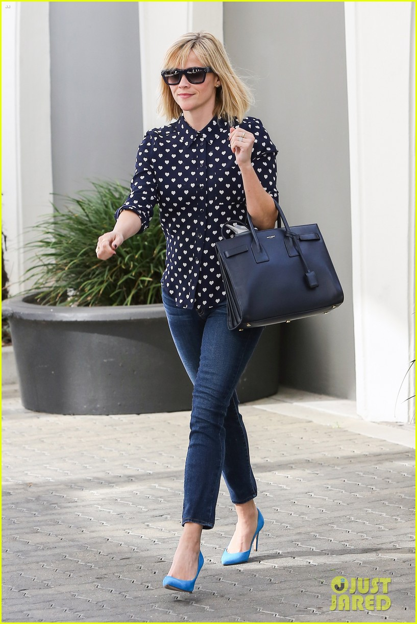 reese witherspoon keeps busy with shopping meetings 01