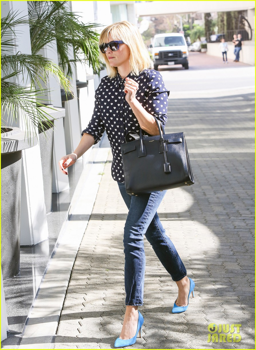 reese witherspoon keeps busy with shopping meetings 10