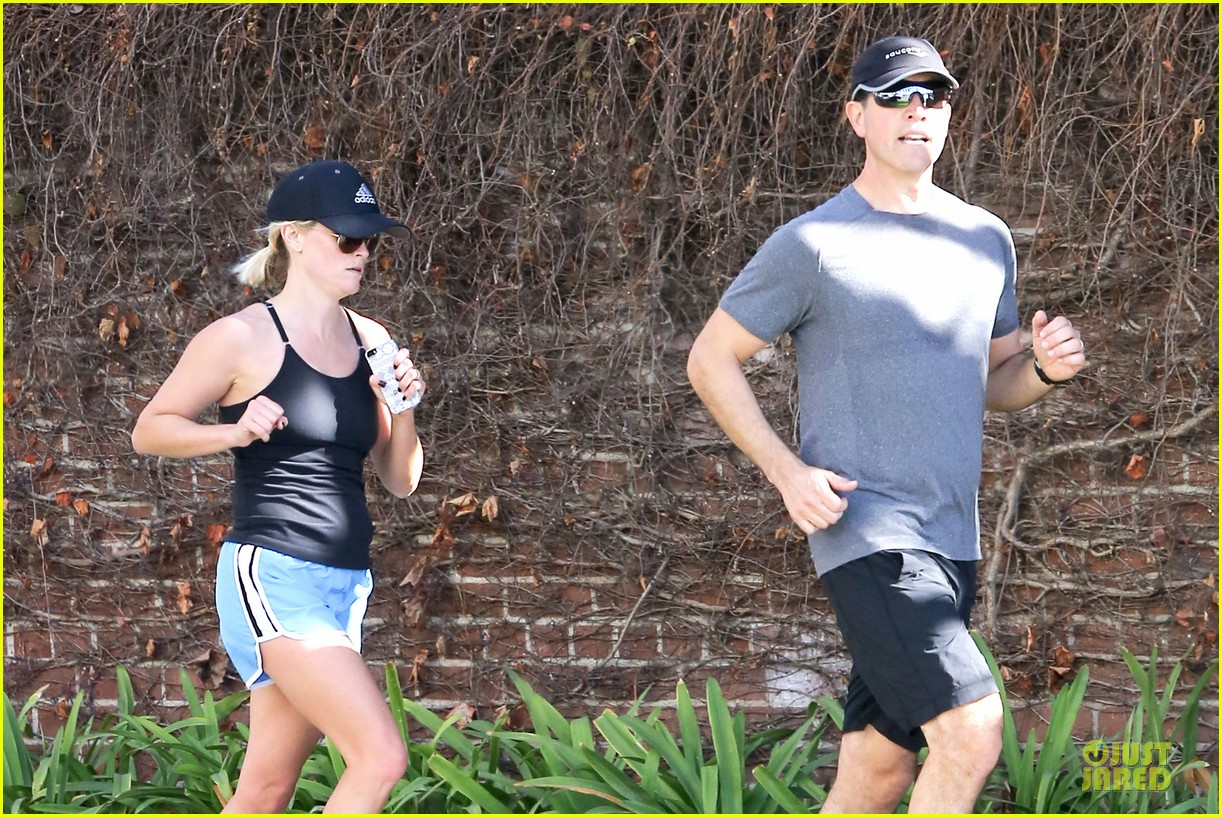 reese witherspoon jim toth jog the weekend away 023036171