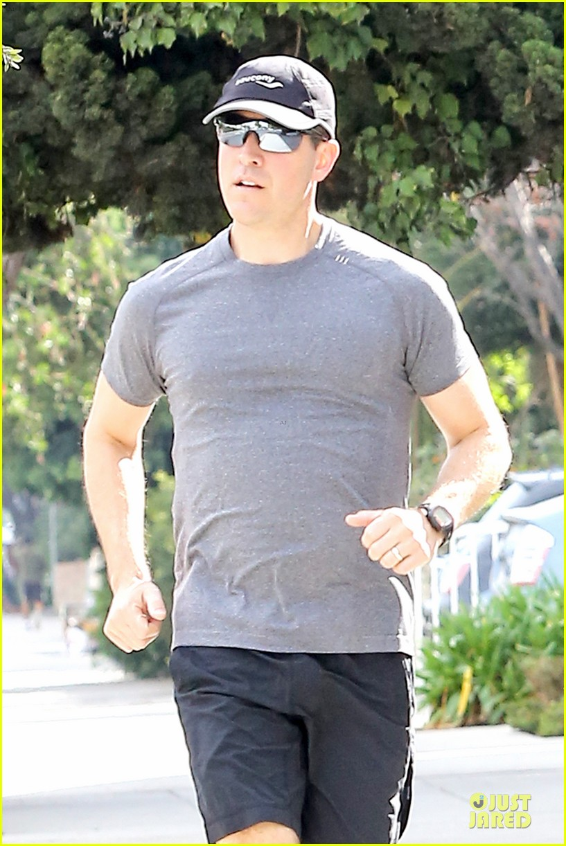 reese witherspoon jim toth jog the weekend away 04