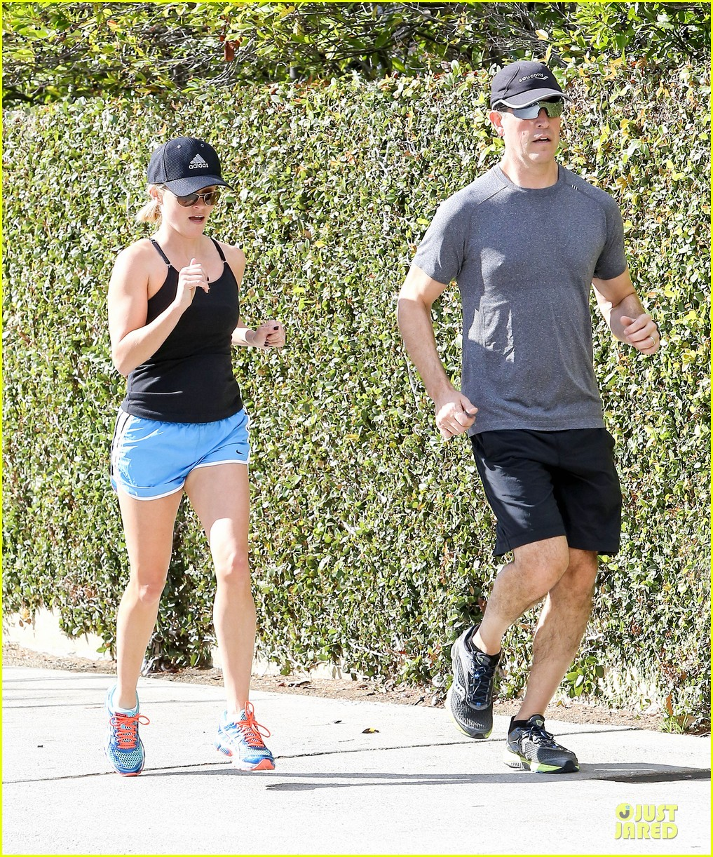 reese witherspoon jim toth jog the weekend away 05