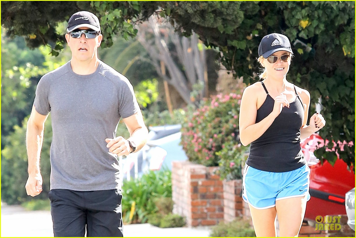 reese witherspoon jim toth jog the weekend away 09