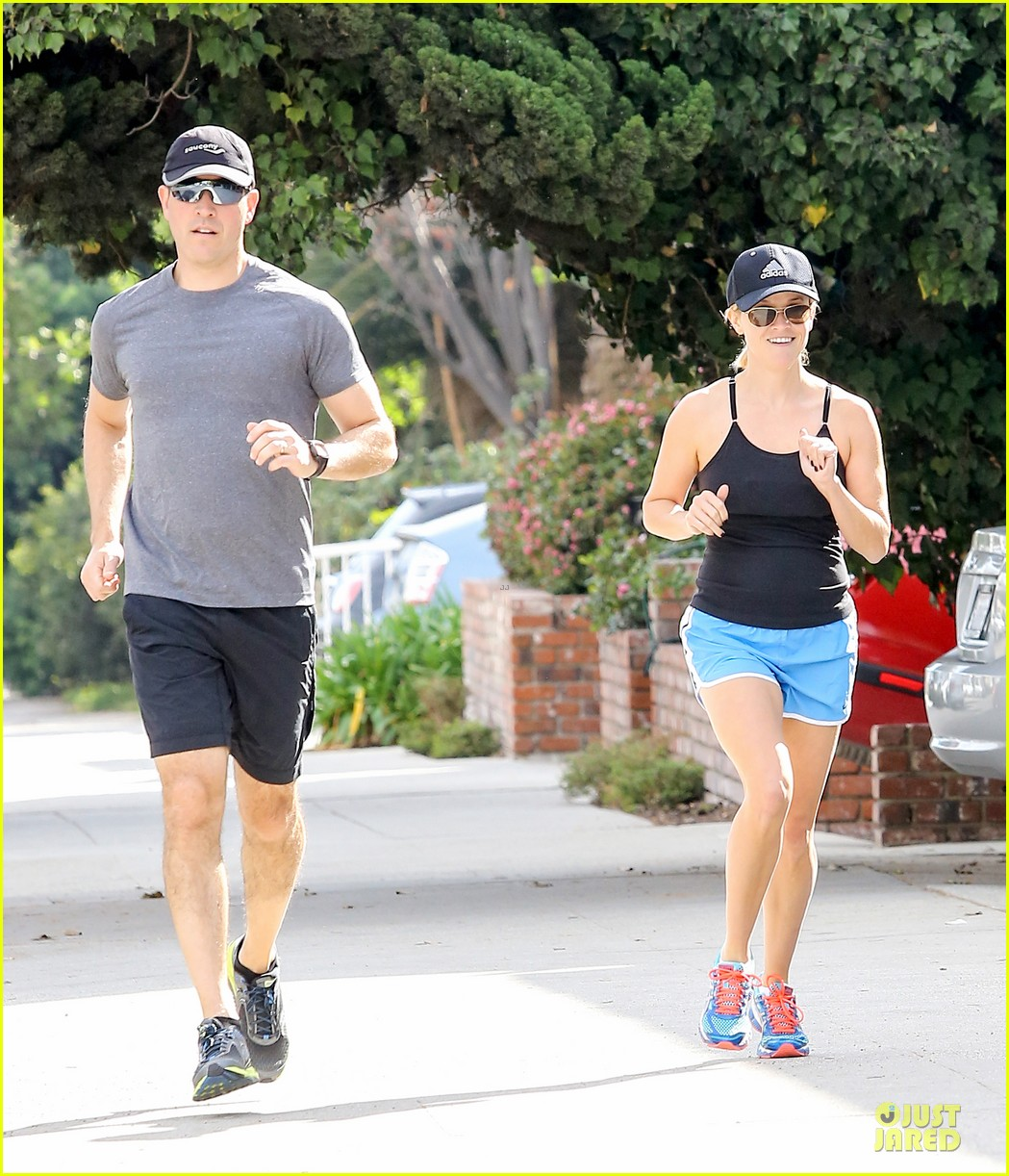 reese witherspoon jim toth jog the weekend away 12