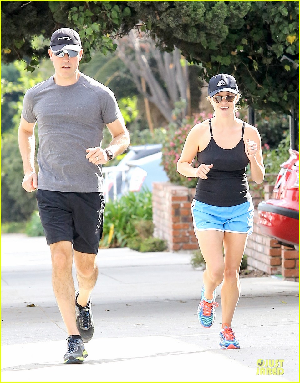 reese witherspoon jim toth jog the weekend away 19