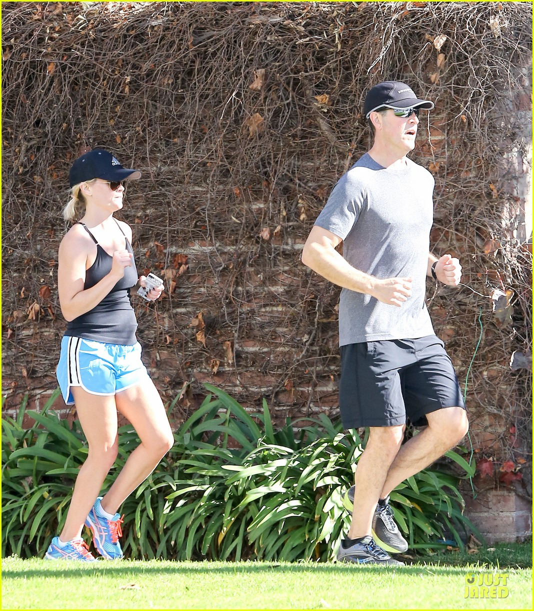 reese witherspoon jim toth jog the weekend away 20