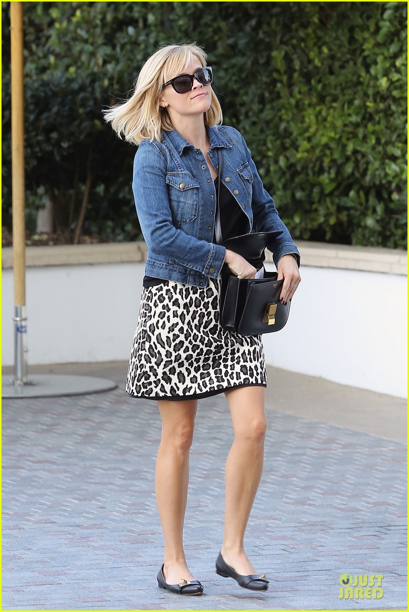 reese witherspoon leopard print babe before golden globes 17