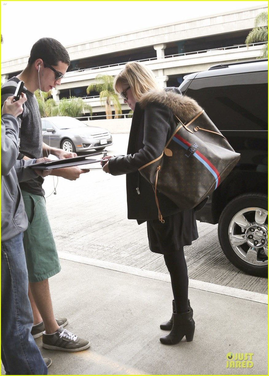 reese witherspoon wraps the week with lax airport departure 03