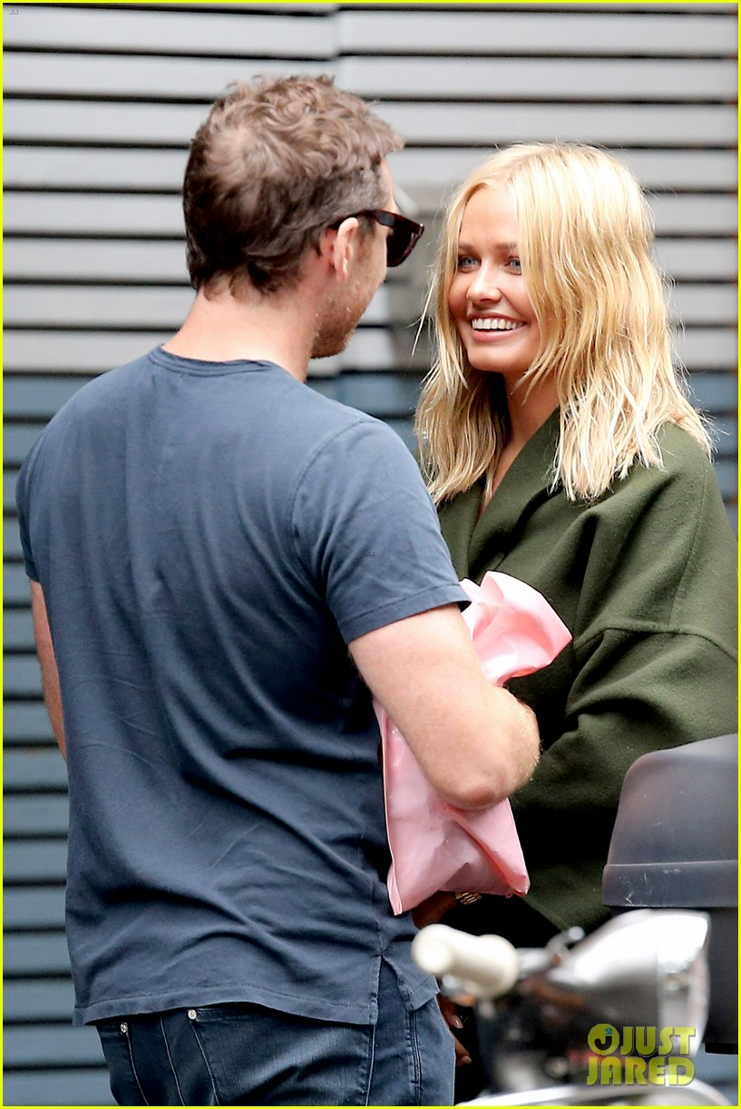 sam worthington lara bingle wear matching rings on that finger 02