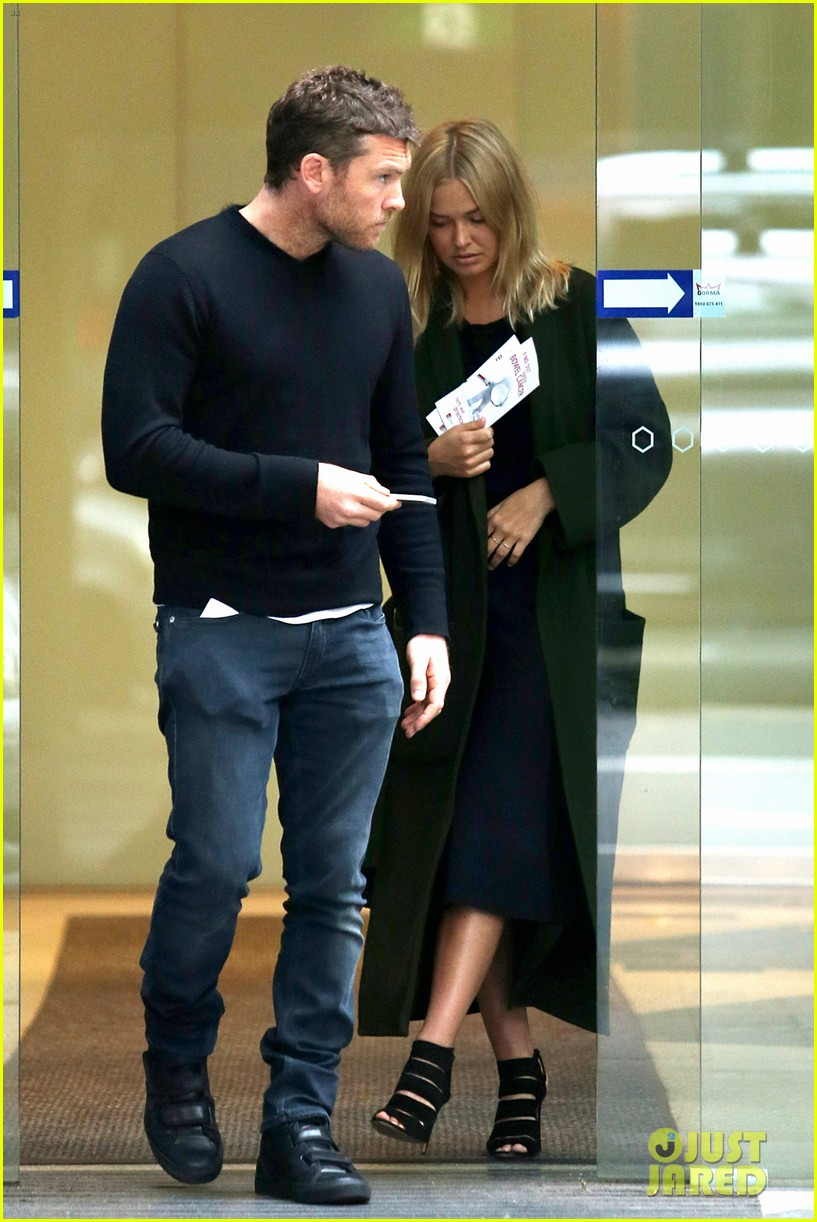 sam worthington lara bingle wear matching rings on that finger 35