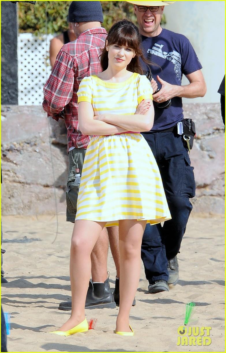 zooey deschanel new girl beach scenes with the cast 023039343