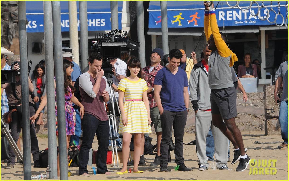 zooey deschanel new girl beach scenes with the cast 033039344