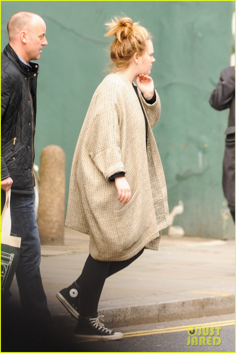 adele makes rare public appearance while shopping sans makeup 033057156