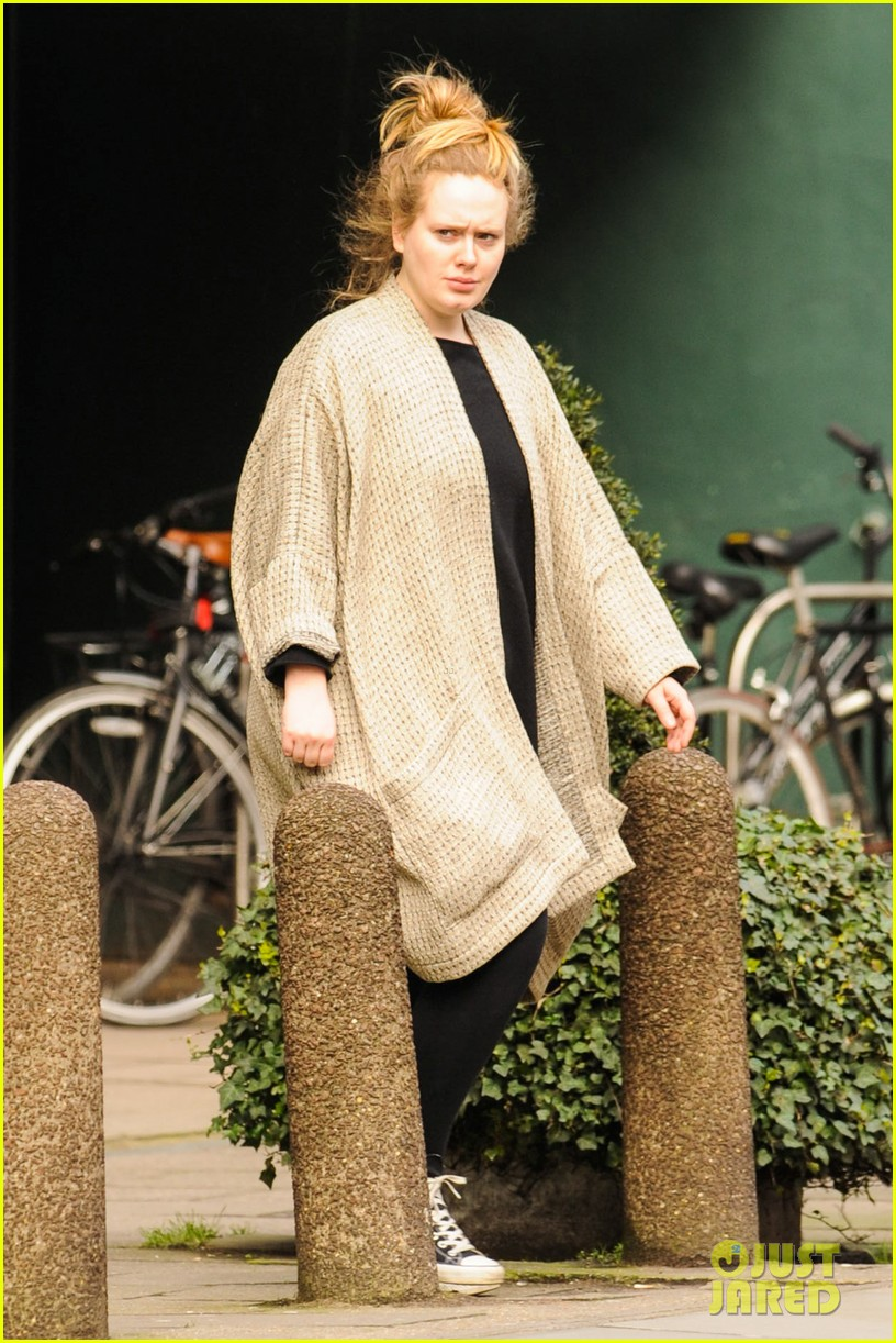 adele makes rare public appearance while shopping sans makeup 073057160