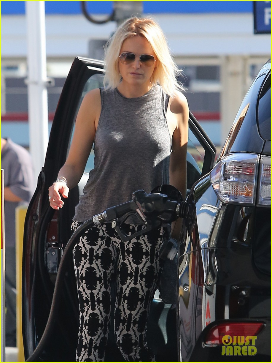 malin akerman shows off sebastians cool new carseat 14