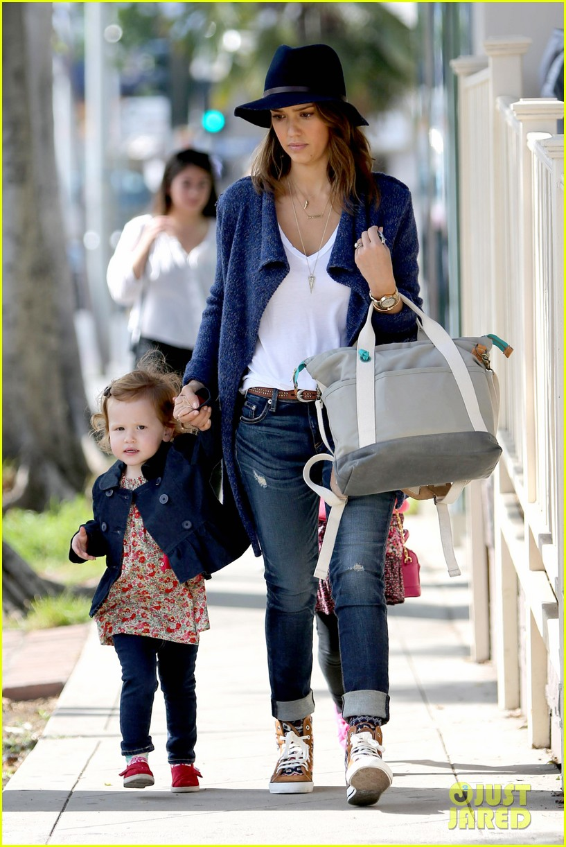 jessica alba celebrates with gwen stefani at baby show 213050420