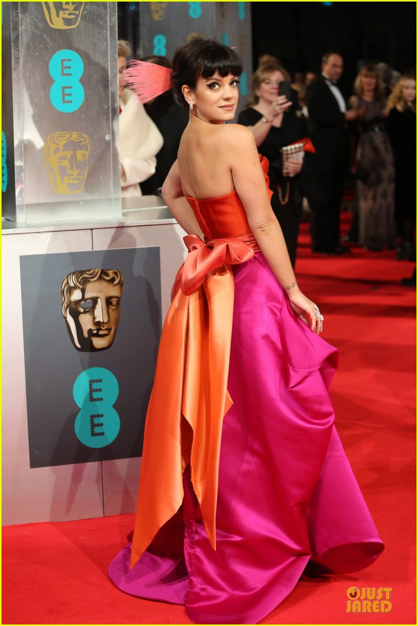lily allen wears pink hairpiece at baftas 2014 red carpet 01