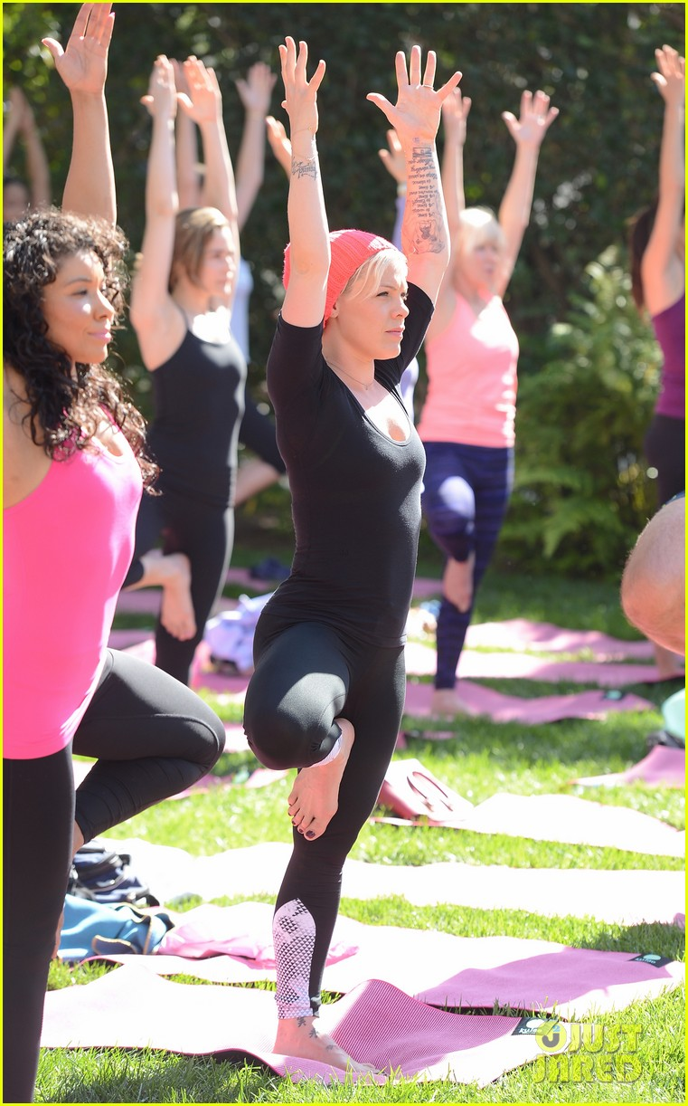 kate beckinsale gives back with yoga fundraiser pink joins in to help fight breast cancer 053053316
