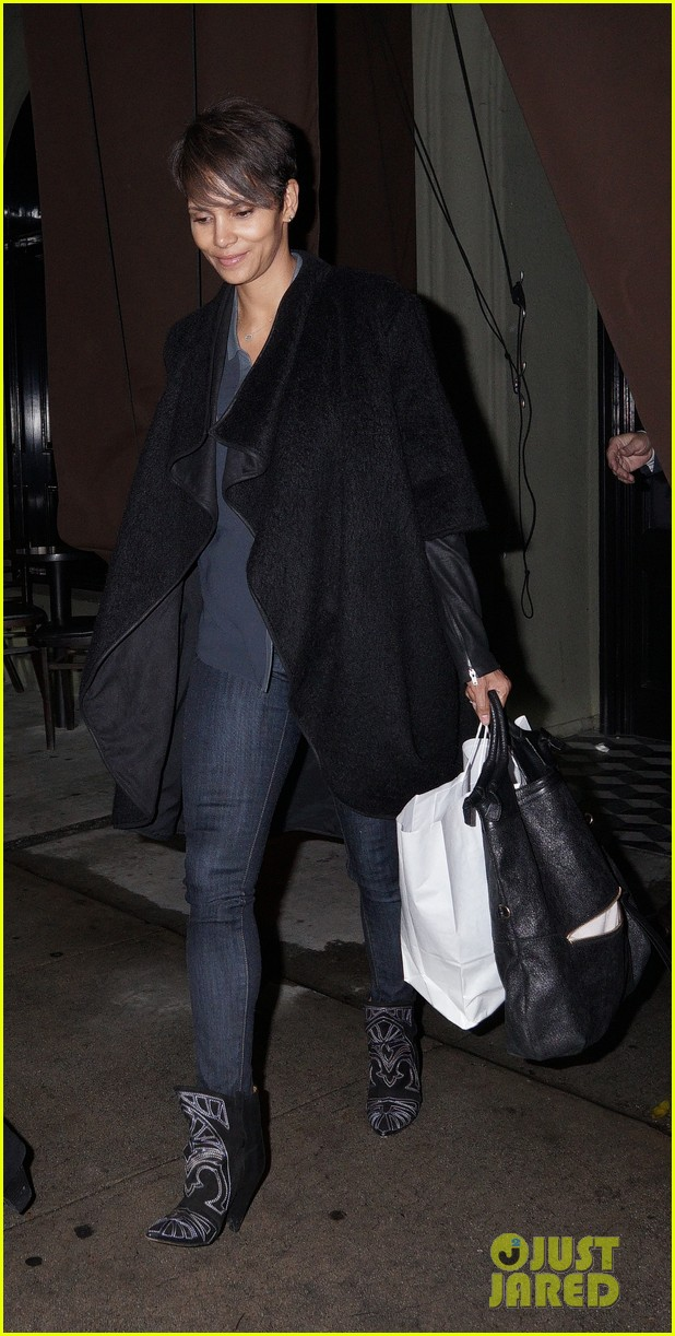 halle berry craigs take out on super bowl night 02