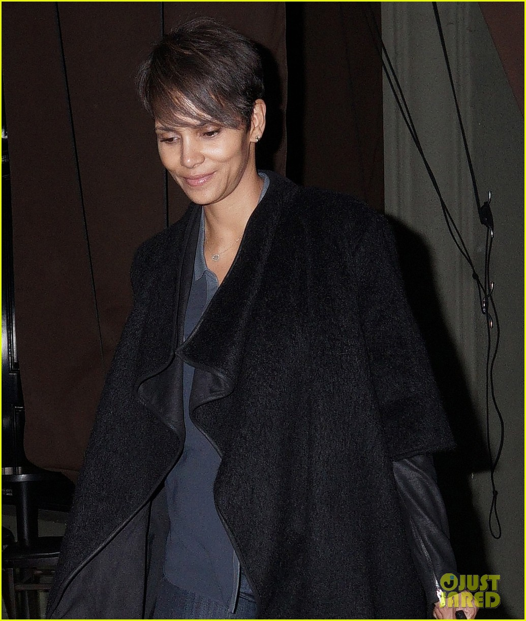 halle berry craigs take out on super bowl night 043046741