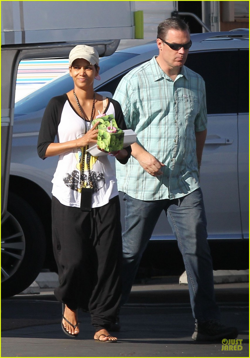 halle berry brings valentines goodies to extant set 03
