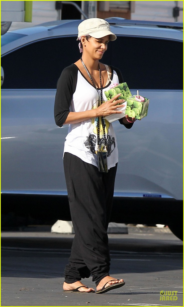 halle berry brings valentines goodies to extant set 05