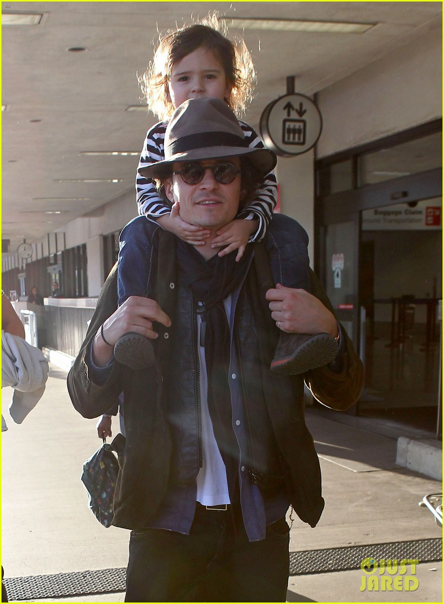 orlando bloom gives flynn a shoulder ride at the airport 03