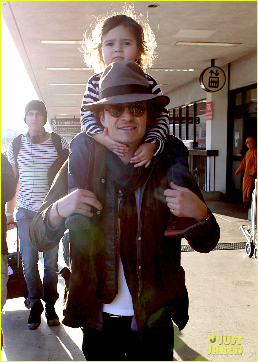 orlando bloom gives flynn a shoulder ride at the airport 04