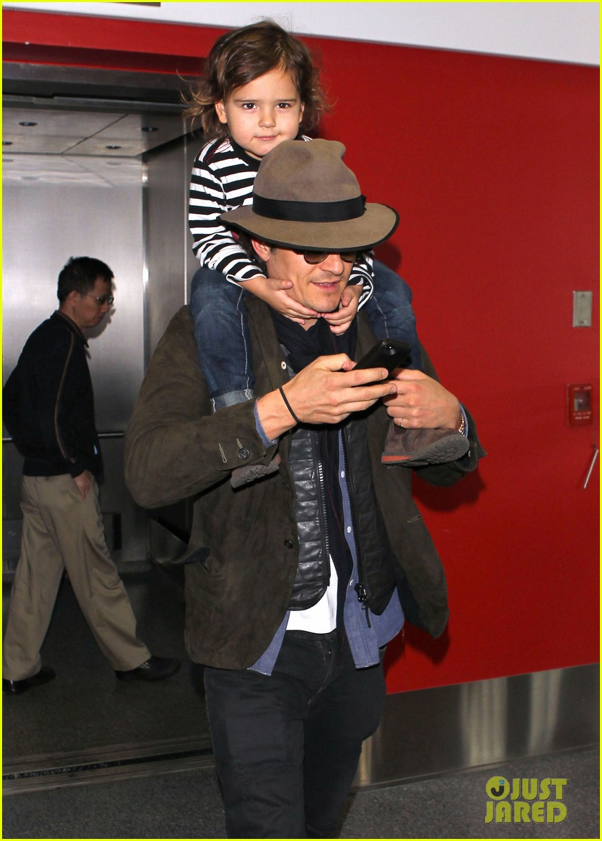 orlando bloom gives flynn a shoulder ride at the airport 06