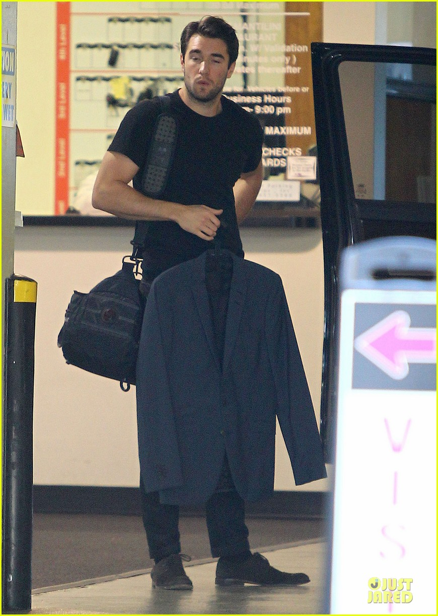 josh bowman flashes biceps at office building 083060559