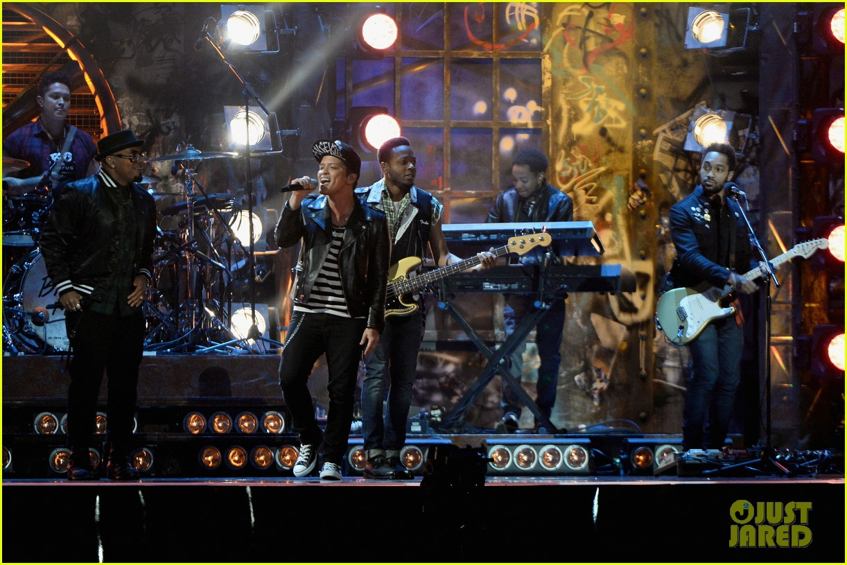 bruno mars performs treasure at brit awards 2014 video 02