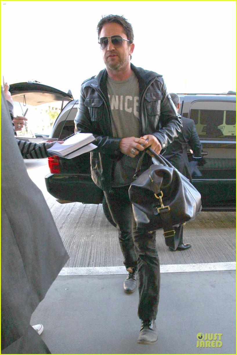 gerard butler light packer at lax airport 05