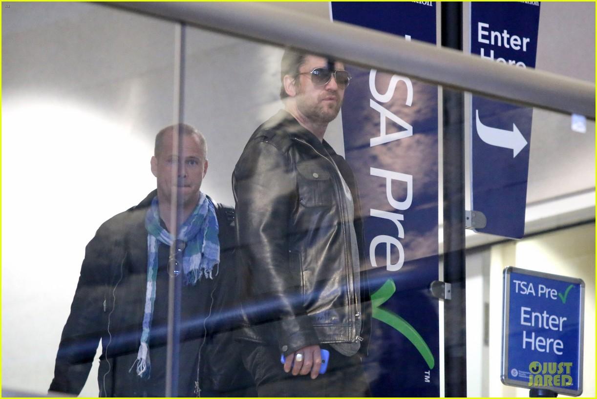 gerard butler light packer at lax airport 08