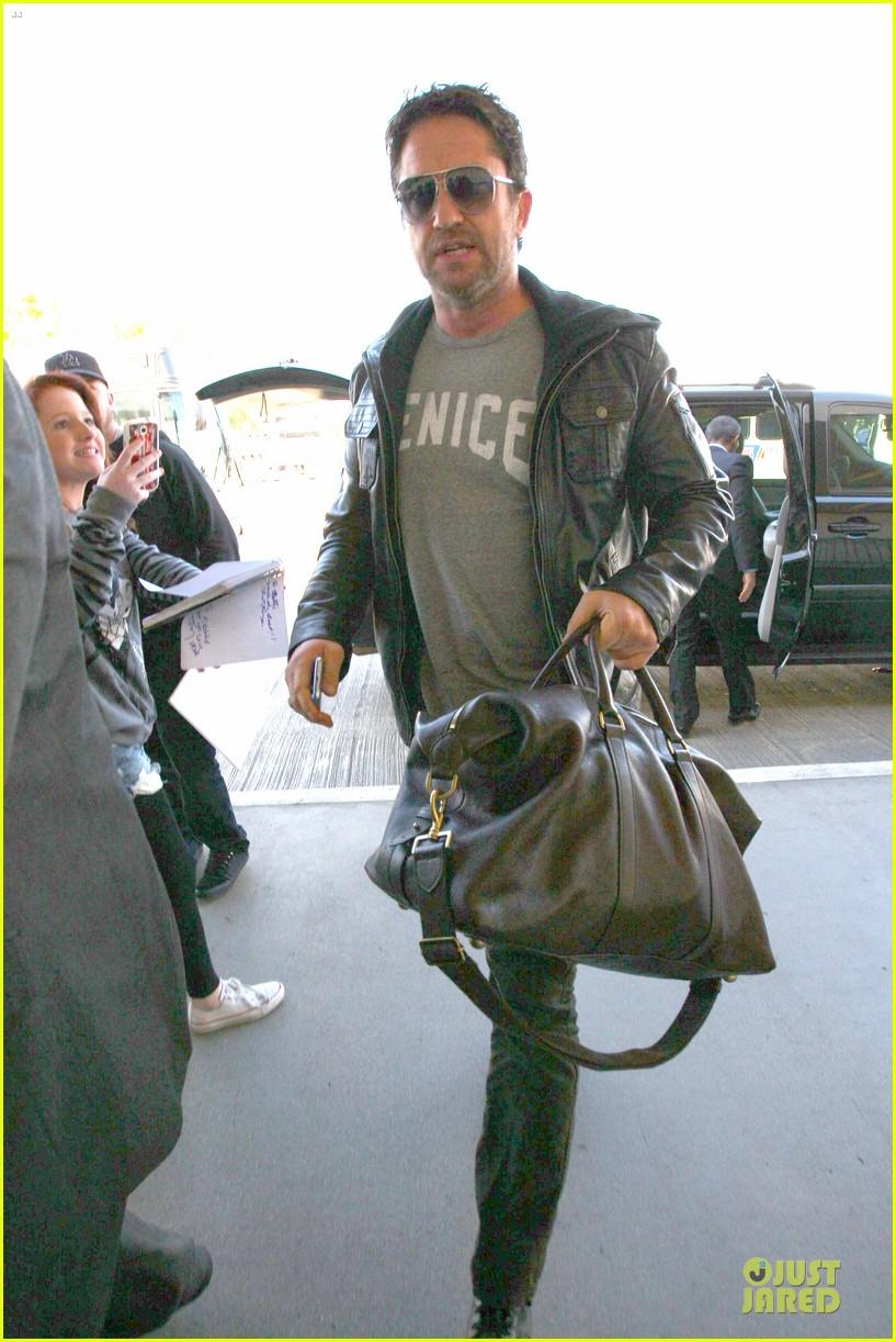 gerard butler light packer at lax airport 09