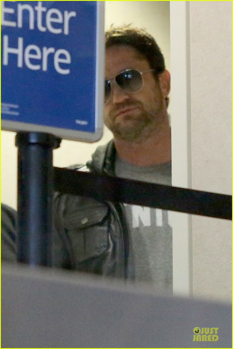 gerard butler light packer at lax airport 15
