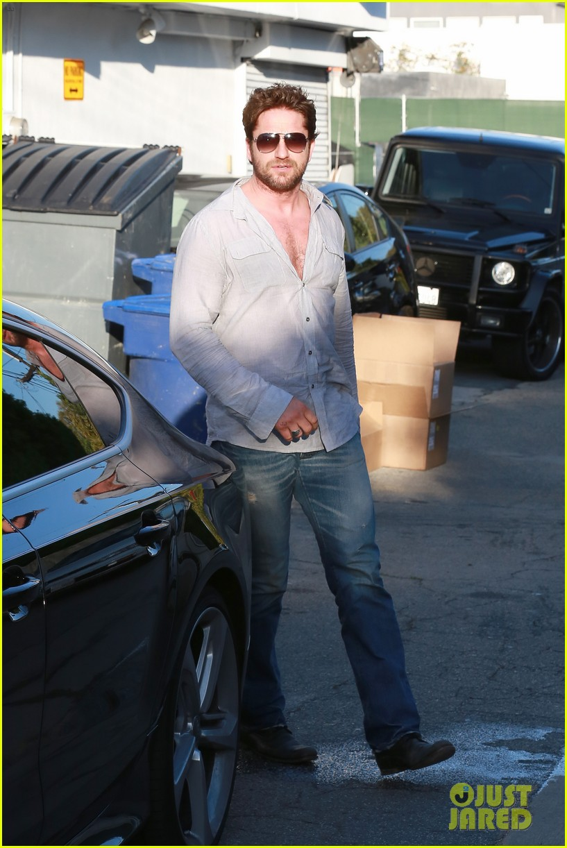 gerard butler visits the salon before doing dragon 2 press 09