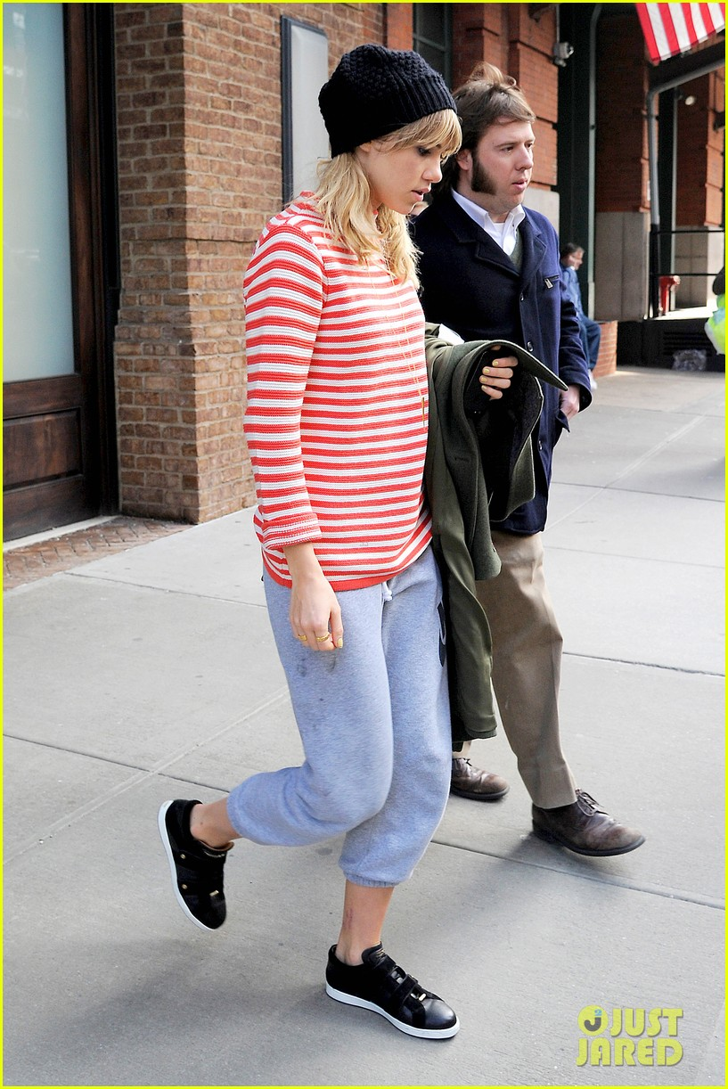 bradley cooper suki waterhouse check out of nyc hotel 06