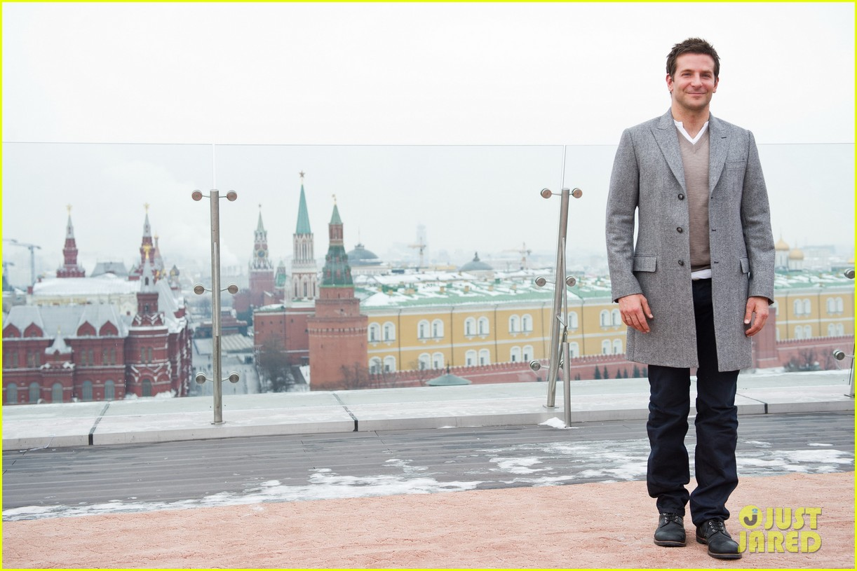 bradley cooper receives star while promoting american hustle in moscow 09