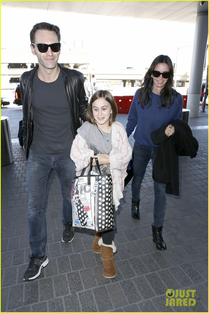 courteney cox boyfriend johnny mcdaid valentines day flight with coco 01