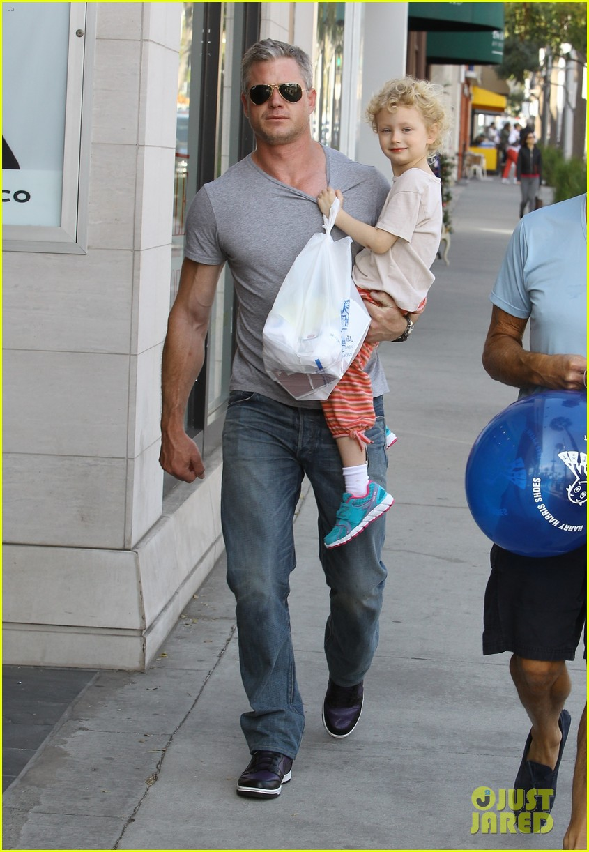 eric dane is one hot dad while stepping out with his daughter 103054921