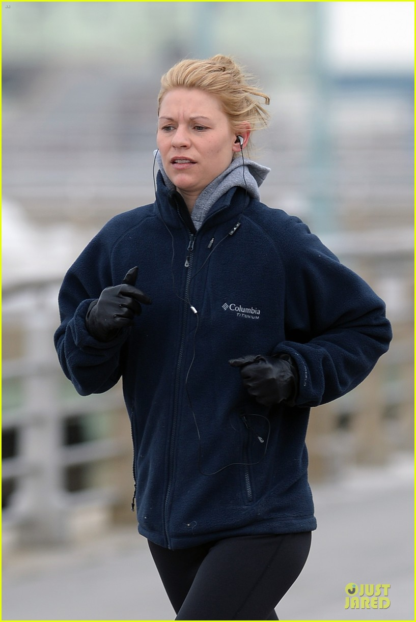 claire danes jogs the hudson river with music 02