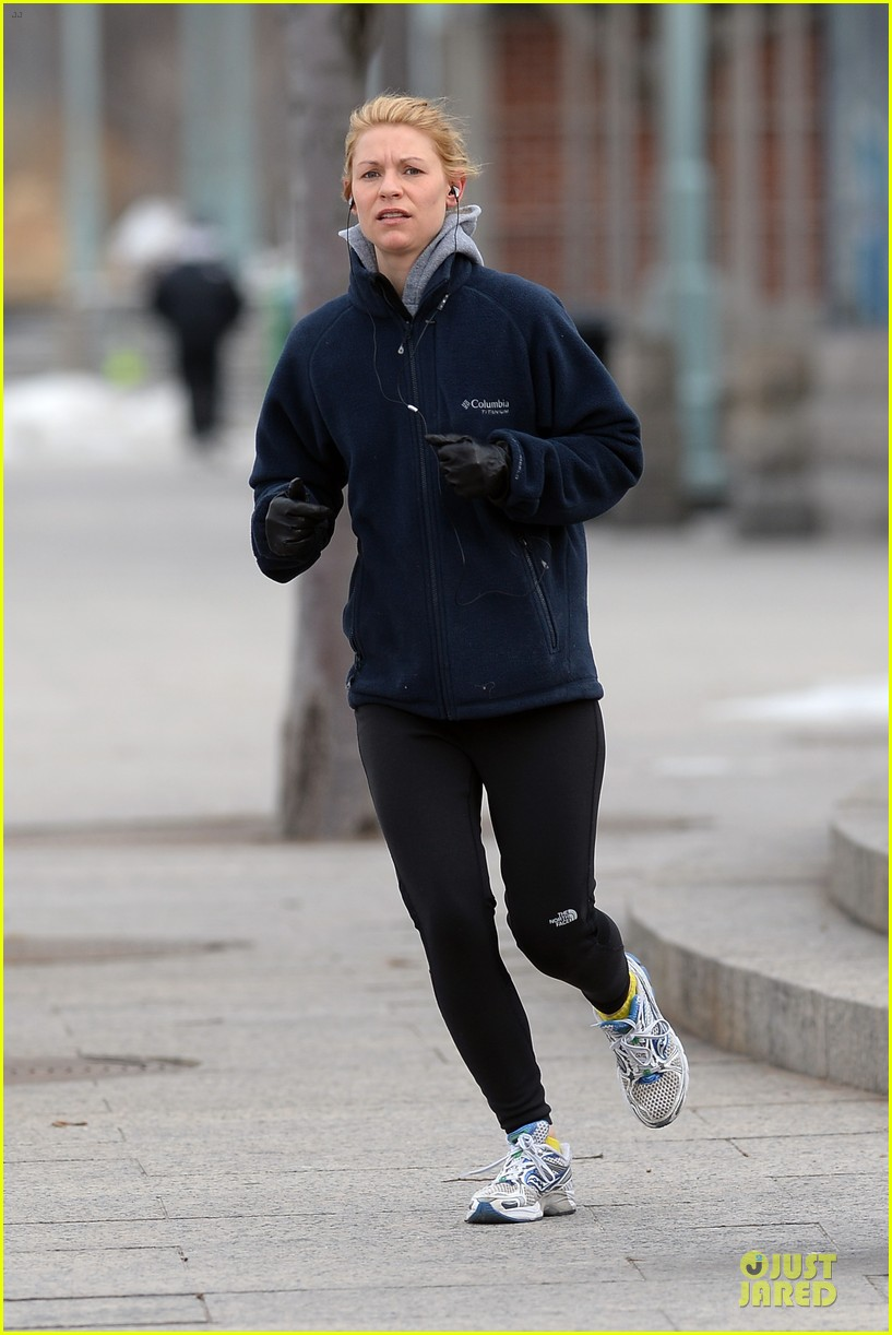 claire danes jogs the hudson river with music 14