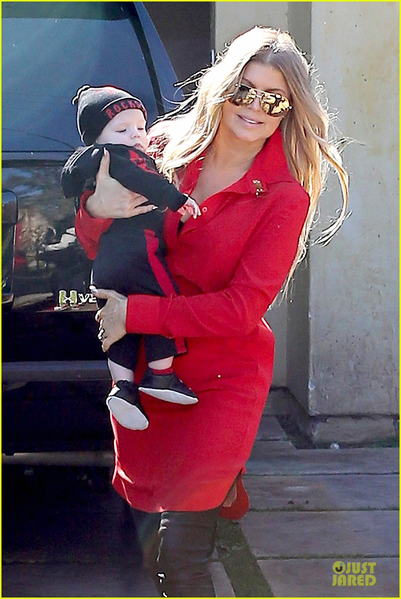 fergie wears baby carrier to hold axl at lax airport 04