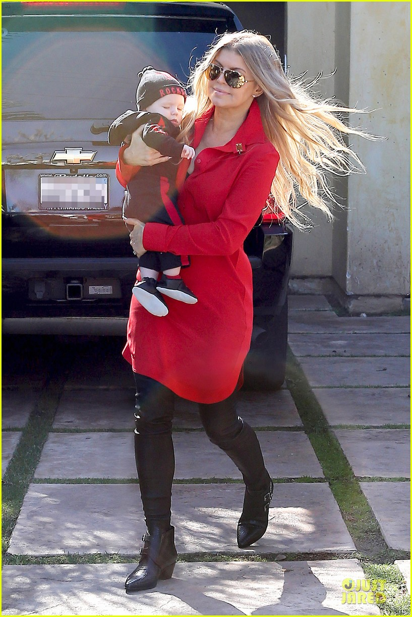 fergie wears baby carrier to hold axl at lax airport 053051835