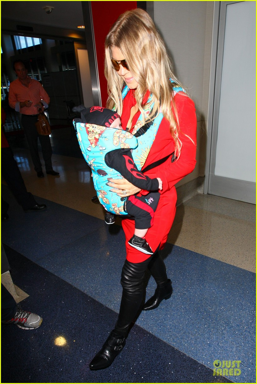 fergie wears baby carrier to hold axl at lax airport 083051838