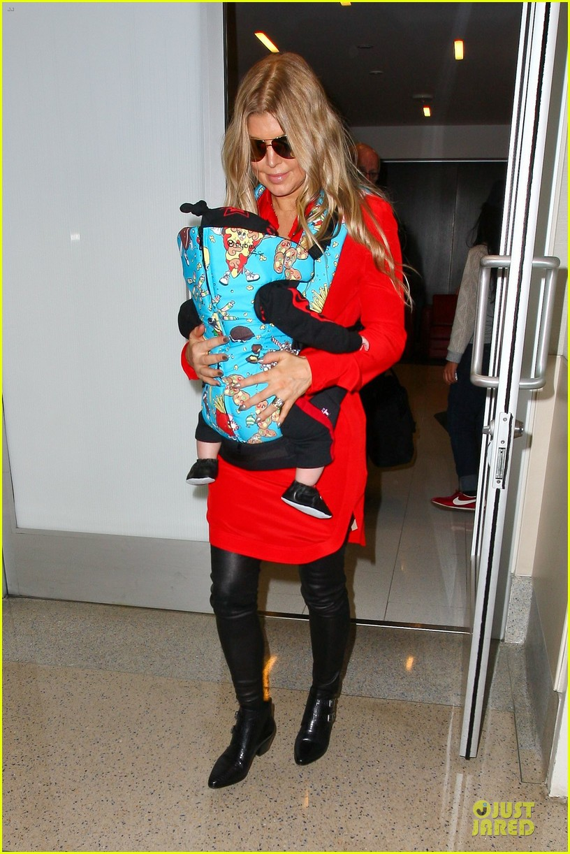 fergie wears baby carrier to hold axl at lax airport 11