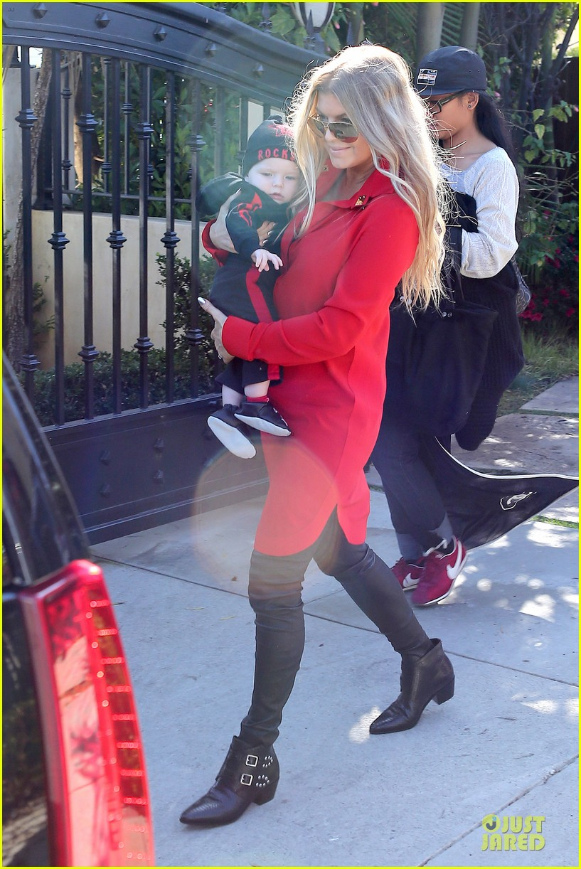 fergie wears baby carrier to hold axl at lax airport 183051848