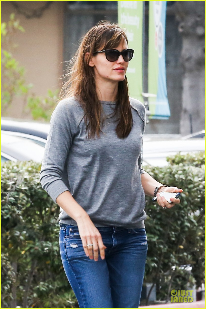 jennifer garner wrapped up by ben affleck at broad stage theatre 07