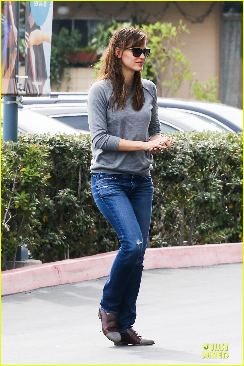 jennifer garner wrapped up by ben affleck at broad stage theatre 08