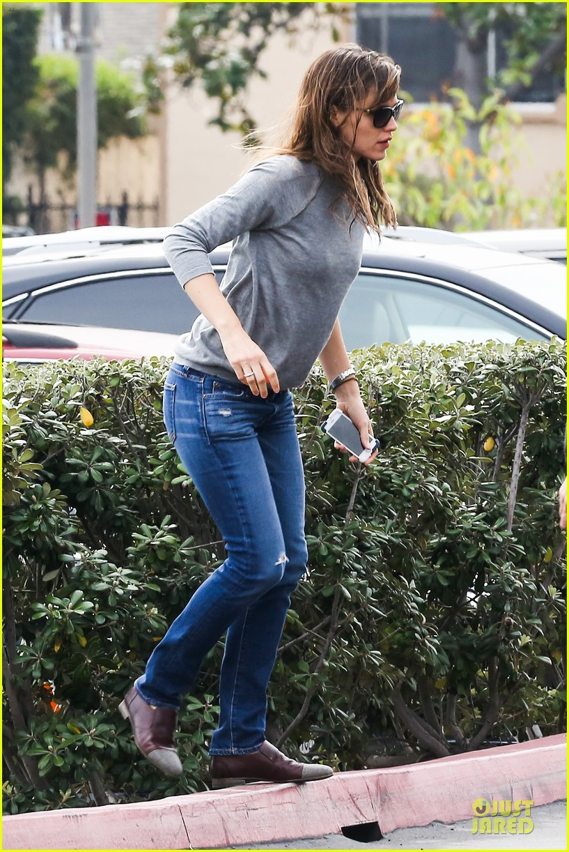 jennifer garner wrapped up by ben affleck at broad stage theatre 12