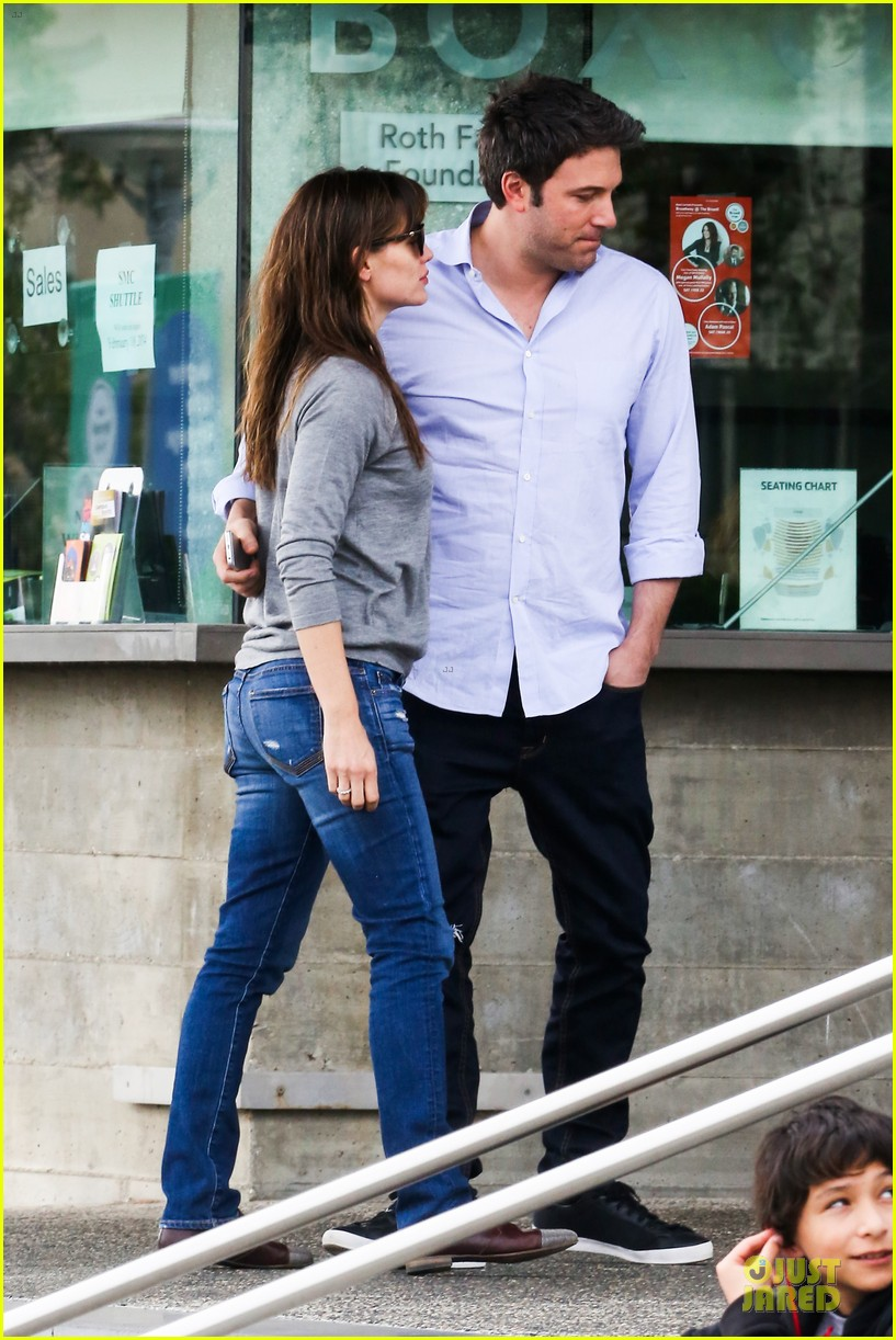 jennifer garner wrapped up by ben affleck at broad stage theatre 153054070